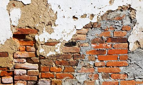 afgebladderde muur voor restauratie